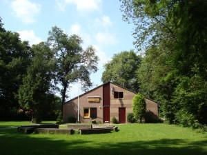 Clubgebouw - oostzijde en kampvuurplaats