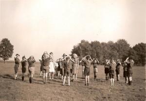 De welpen van onze groep op Erve Derkink in de zomer van 1946. De foto's van deze activiteit zijn de oudste van onze groep.