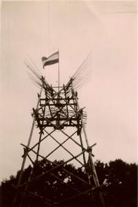 Poort of klokkentoren Nationaal Kamp Ommen 1950 - de foto is gemaakt door een verkenner van onze groep
