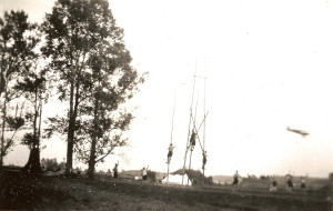 Een bijzondere foto van onze verkenners op hun kampterrein aan de Vecht in Junne tijdens het Nationaal Kamp in 1950 - met vliegtuig!