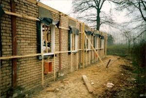 De bouw is in volle gang. De foto is gemaakt bij de eerste steenlegging in januari 1988.