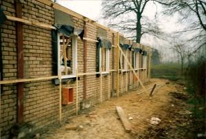 De bouw is in volle gang. De foto is gemaakt bij de eerste steenlegging in januari 1988.