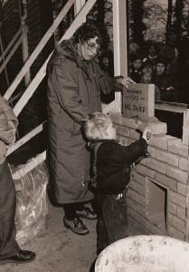 De 'eerste' steenlegging door Nel Zwiep en haar kleinzoon Nanne op 16 januari 1988