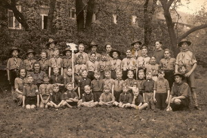 De enige bekende foto van de Livingstone groep, gemaakt in 1946. Jan Dijkstra is de tweede jongen linksonder de wolvenkop.