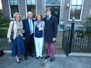 De familie bij de net geplaatste stolperstein voor de woning van Nanne Zwiep