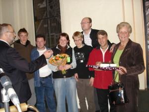 Wethouder Ed Wallinga reikt ons de Gemeentelijke Vrijwilligersprijs 2007 uit