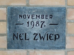 Eerste steen, op 16 januari 1988 ingemetseld in de hal van ons gebouw door Nel Zwiep