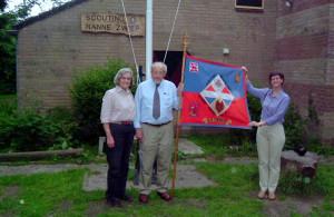 Riet, Jan en Ellen Zwiep met onze groepsvlag bij ons clubgebouw op 3 juni 2005