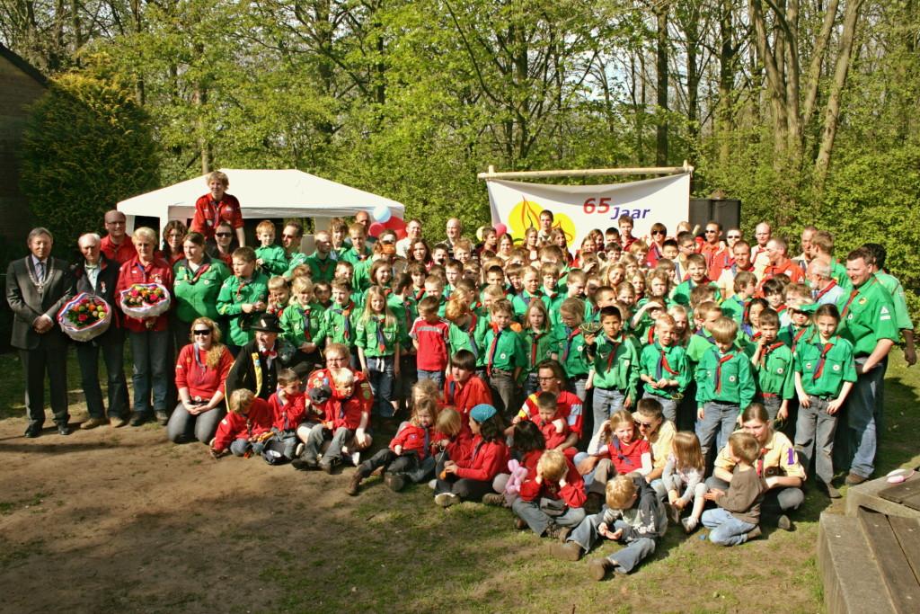 Onze groep tijdens het 65-jarig jubileumfeest. Helemaal links staat burgemeester Den Oudsten.