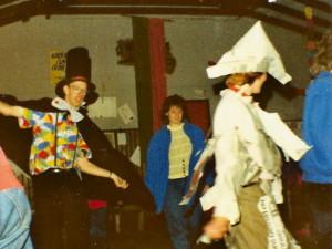 Een oude foto van de spelfiguren van onze bevers in het welpenlokaal van ons oude clubgebouw.