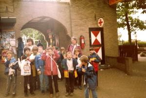 Uitstapje welpen naar Avonturenpark Hellendoorn op 15 juni 1985. Op de achtergrond Moniek (links) en Bep (rechts).