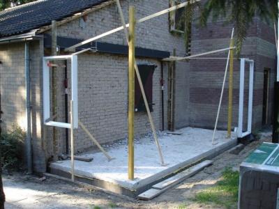 uitbreiding clubgebouw - De fundering en de steunbalk liggen erin en de kozijnen zijn gesteld (22 augustus)