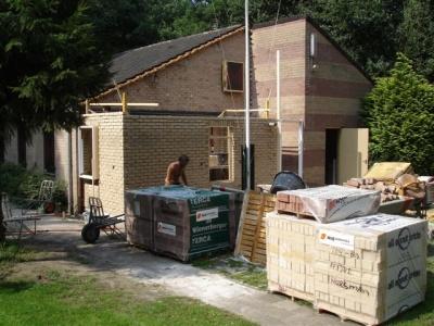 uitbreiding clubgebouw - De binnenmuur is op plafondhoogte (24 augustus)