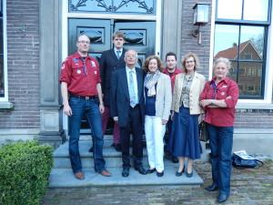 Familie Zwiep en afvaardiging van onze groep op de trap van Thorbeckelaan 20 in Enschede